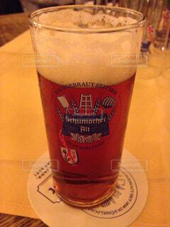 コーヒーやビール、テーブルの上のガラスのカップの写真・画像素材[1671336]