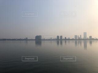 ハノイの湖と高層ビルの写真・画像素材[2915057]