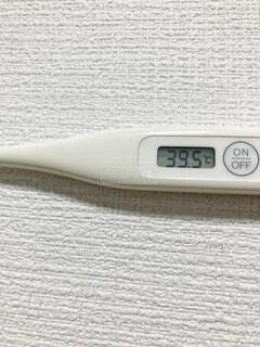 39.5度の体温計の写真・画像素材[3998210]