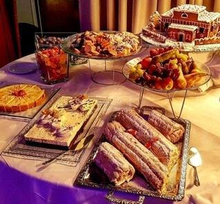 皿に食べ物の皿をトッピングしたテーブルの写真・画像素材[3998391]