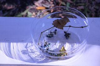 テーブルの上にガラスボールの写真・画像素材[1683919]