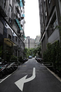 狭い街の通りの写真・画像素材[1689206]