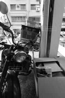 建物の側に駐車したバイクの写真・画像素材[1689209]