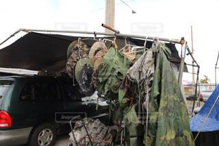 トラックの荷台に乗っている人々 のグループの写真・画像素材[1850741]