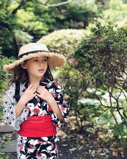 帽子をかぶった小さな女の子の写真・画像素材[2213147]