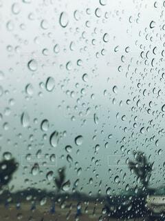 雨の中での人々 のグループの写真・画像素材[1672668]