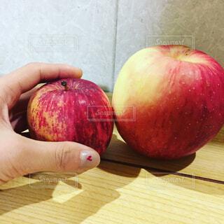 大小のりんごの写真・画像素材[1676702]