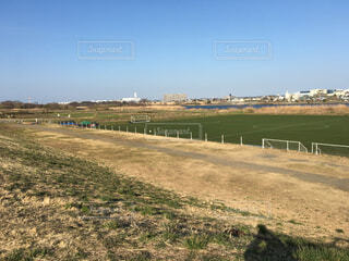 河川敷のサッカーグラウンドの写真・画像素材[1674377]