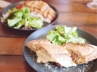 テーブルの上に食べ物のプレートの写真・画像素材[1676828]