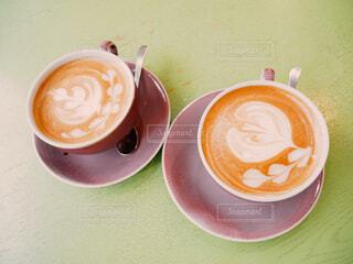 テーブルの上のコーヒー カップの写真・画像素材[1677720]