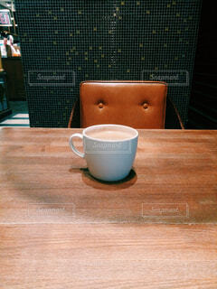木製のテーブルの上に座ってコーヒーの写真・画像素材[1679627]