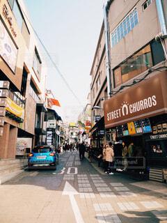 近くに忙しい街の通りのの写真・画像素材[1700830]