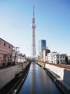 東京スカイツリーの大きな長い列車の写真・画像素材[1717540]