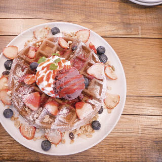 テーブルの上に食べ物のプレートの写真・画像素材[1786847]