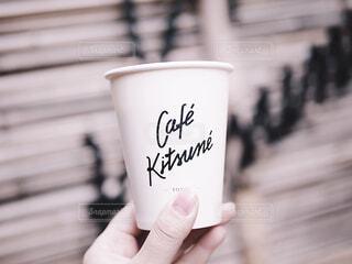 コーヒーのカップを持っている手の写真・画像素材[1802051]