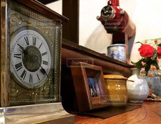 小さな茶色い古時計の写真・画像素材[2111357]