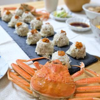 テーブルの上に食べ物のプレートの写真・画像素材[1678943]