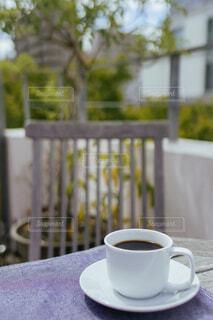 テーブルの上のコーヒー カップの写真・画像素材[1676561]
