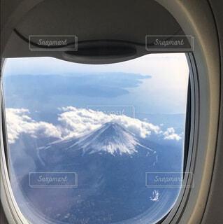 飛行機の窓から富士山の写真・画像素材[1677111]