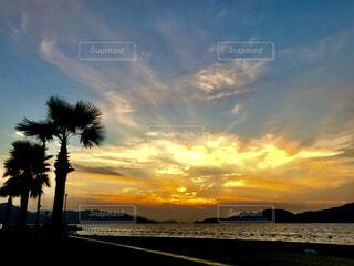 沈みゆく夕日の写真・画像素材[1682265]