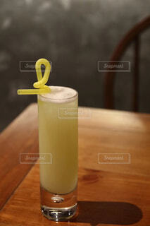 木製のテーブルの上に座ってフレッシュジュースの写真・画像素材[1679094]