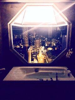 夜景の見えるバスルームの写真・画像素材[1725581]