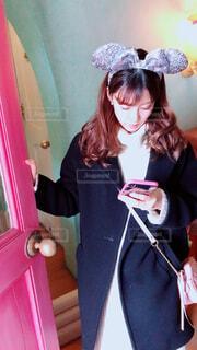 携帯電話を保持している女性の写真・画像素材[1728518]
