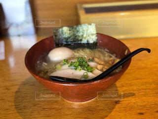 テーブルの上に食べ物のボウルの写真・画像素材[1714508]