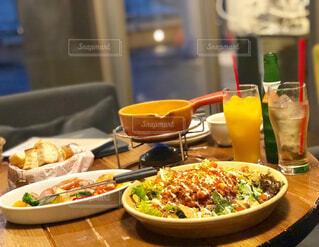 テーブルの上に食べ物のプレートの写真・画像素材[1714510]