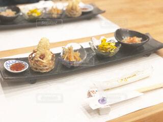 テーブルの上に食べ物のトレイの写真・画像素材[1714511]