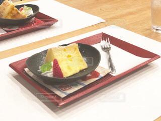 テーブルの上に食べ物のプレートの写真・画像素材[1714514]