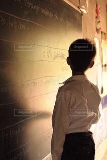 英語を学ぶ子供の写真・画像素材[1681086]