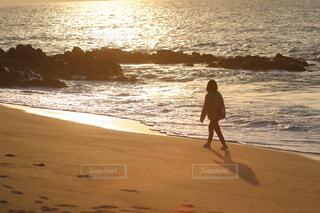 砂浜を歩く少女の写真・画像素材[1682317]