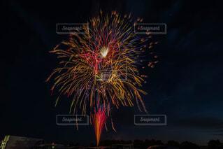 夜空の花火の写真・画像素材[1681500]