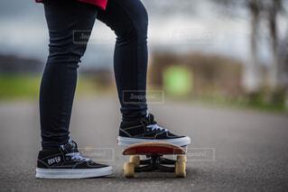 黒の靴を履いている女性の写真・画像素材[1681620]