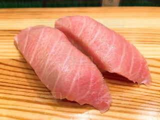 木製まな板の上寿司の写真・画像素材[1681922]