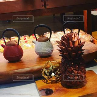 木製テーブルの上のパイナップルの写真・画像素材[1682644]
