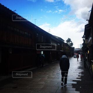 駅横の通りを歩く人の写真・画像素材[1684052]