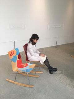 部屋に座る人の写真・画像素材[1684053]