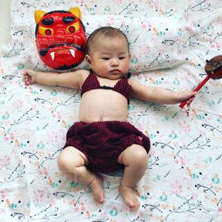赤ちゃんのベッドの上で横になっています。の写真・画像素材[1776221]