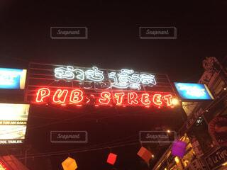 夜に店の前の上サインの写真・画像素材[1688314]