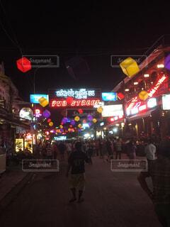 夜通りを渡る人々 のグループの写真・画像素材[1688315]