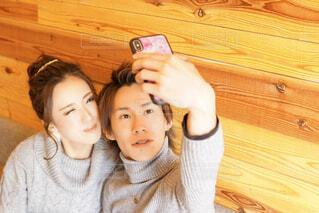自撮りするカップルの写真・画像素材[1814430]