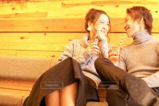 カフェで楽しそうに話すカップルの写真・画像素材[1814433]