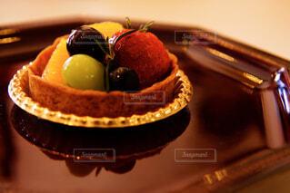 近くに皿にデザートとチョコレート ケーキのアップの写真・画像素材[1834102]