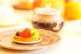 皿の上のケーキのスライスの写真・画像素材[1834813]