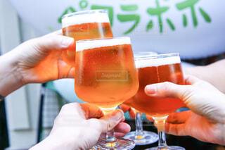 ビールを持っている手の写真・画像素材[2090996]