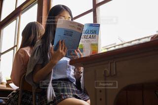 勉強している学生の写真・画像素材[2115221]