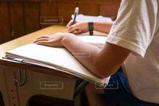 勉強している少年の写真・画像素材[2115247]