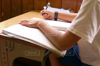 勉強する少年の写真・画像素材[2115248]